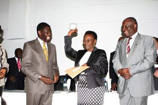 WHO WNTD 2010 AWARD - HLTH MINISTER PROF DAVID MWAKYUSA (L) AND WHO COUNTRY REP (R)